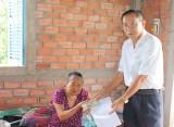 Hội Chữ thập đỏ tỉnh trao tiền vượt qua hiểm nghèo