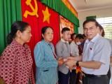 Phó Chủ nhiệm Ủy ban Tư pháp Quốc hội tặng thẻ bảo hiểm y tế tại huyện Tân Thạnh