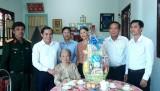 Bí thư Thành ủy Tân An thăm, tặng quà Anh hùng Lực lượng vũ trang nhân dân