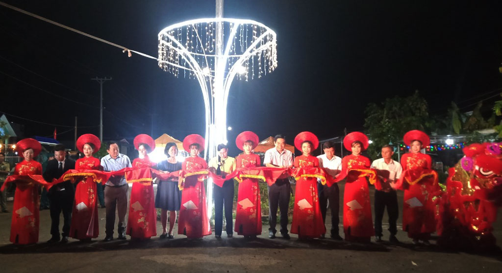 Delegates cut the ribbon to open the Duc Hue night market