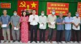 Phó Bí thư Thường trực Tỉnh ủy tặng quà cho gia đình có hoàn cảnh khó khăn tại huyện Cần Giuộc