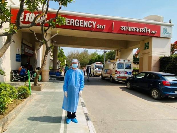 Đại sứ Đặc mệnh toàn quyền Việt Nam tại Ấn Độ Phạm Sanh Châu đưa một kỹ sư Việt Nam đang xây Trụ sở cho Đại sứ quán bị nhiễm COVID-19 vào bệnh viện Apollo ở Delhi. (Ảnh: Nguồn FB của Đại sứ)