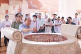 Phó Thủ tướng Chính phủ Trương Hòa Bình thắp hương tại Khu Di tích lịch sử Cách mạng tỉnh Long An