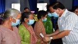 Chủ tịch UBND tỉnh Long An tặng 200 phần quà cho các gia đình khó khăn