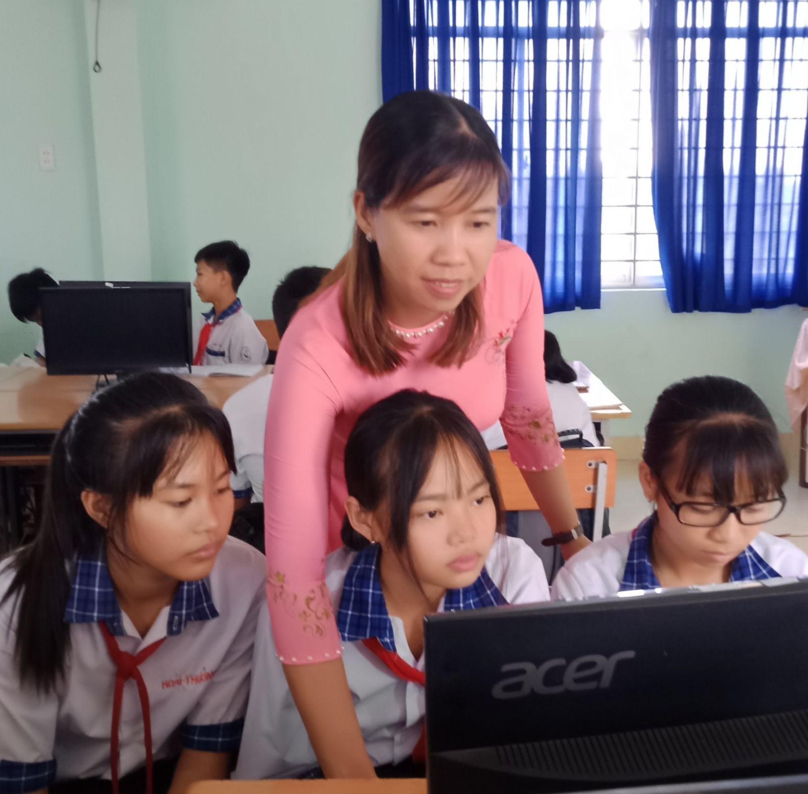 Cô Bùi Thị Mỹ Tiên để cho học sinh tự khám phá trên máy tính trong các tiết học nhằm giúp các em gắn lý thuyết với thực tiễn