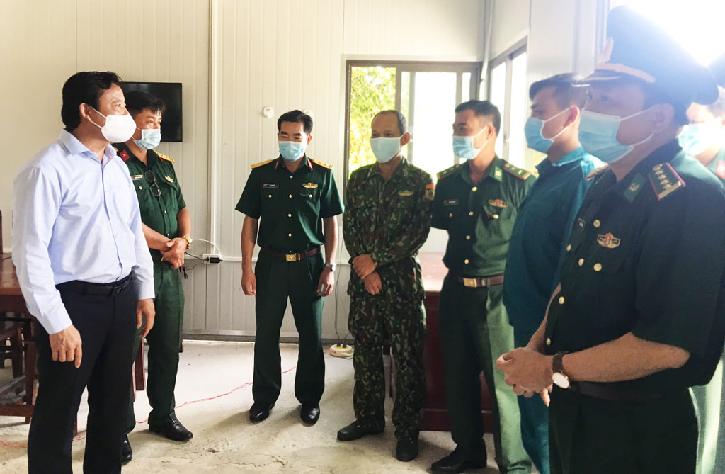 Vice Chairman of the People's Committee of Long An province - Pham Tan Hoa visits and encourages officers and soldiers at Covid-19 anti-epidemic posts