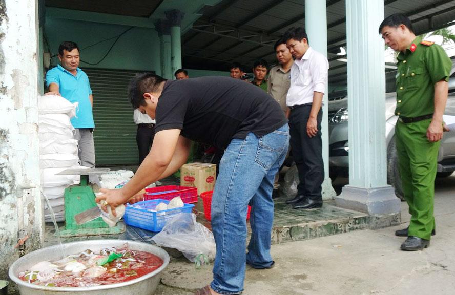 Cảnh sát môi trường lấy mẫu kiểm tra một cơ sở sản xuất về công tác môi trường