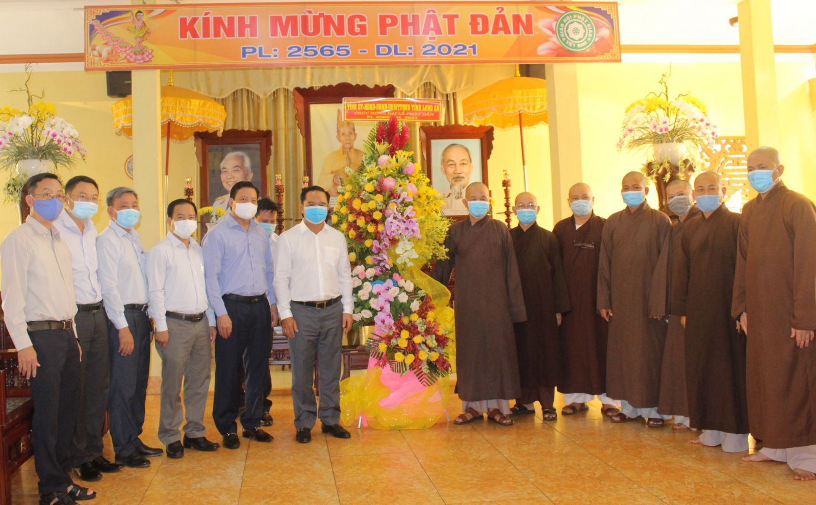 On this occasion, provincial leaders presents flowers to congratulate the Executive Committee of Vietnam Buddhist Sangha of Long An province