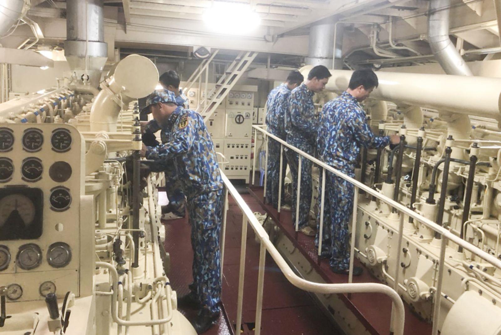 Cán bộ, chiến sĩ tàu Trường Sa 19 bảo quản, bảo dưỡng khoang máy tàu