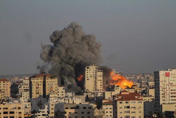 Khói lửa bốc lên sau vụ oanh kích của Israel xuống thành phố Gaza ngày 12/5/2021. (Ảnh: THX/TTXVN)