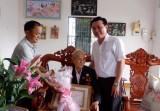 Phó Bí thư Thường trực Tỉnh ủy Long An trao Huy hiệu Đảng tại TP.Tân An