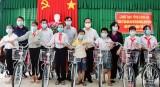 Bí thư Tỉnh ủy – Nguyễn Văn Được thăm, tặng quà hộ nghèo, trẻ em nghèo tại huyện Bến Lức