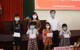 Phó Bí thư Thường trực Tỉnh ủy - Nguyễn Thanh Hải tặng quà trẻ em nghèo tại Châu Thành