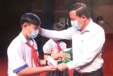 UBND tỉnh Long An tặng quà cho học sinh có hoàn cảnh khó khăn