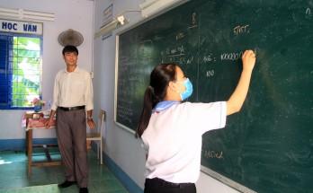 Long An: Học sinh lớp 9 không đến trường ôn tập