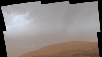 Tàu thăm dò Curiosity của NASA ghi lại cảnh tượng hiếm thấy trên bầu khí quyển sao Hỏa