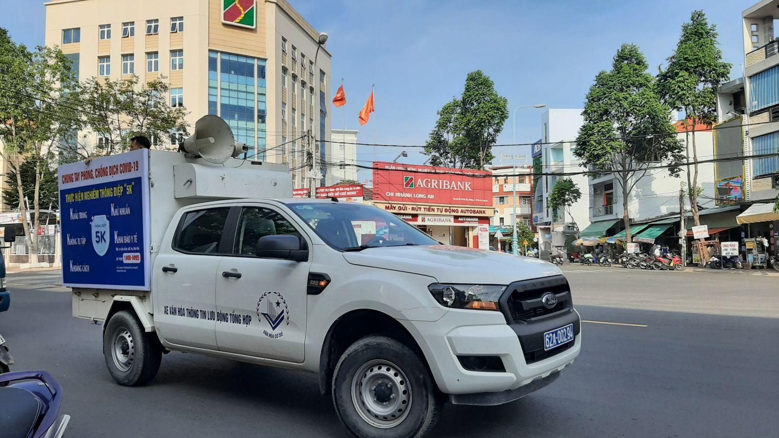 Tại TP.Tân An, những chuyến xe ôtô truyền thanh lưu động cũng mang thông tin đến người dân