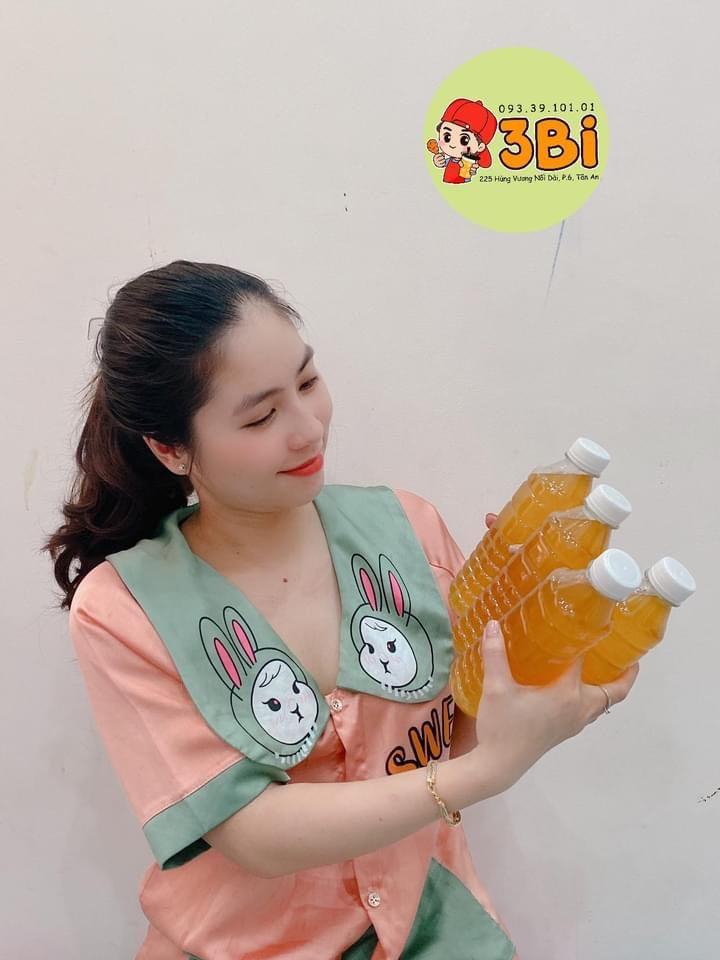Chị Lê Thị Tường Oanh đẩy mạnh việc bán quần áo qua các trang thương mại điện tử và Facebook trong lúc dịch bệnh (Ảnh: nhân vật cung cấp)