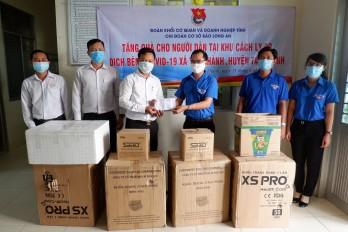 Chi đoàn cơ sở Báo Long An tặng quà cho người dân tại khu cách ly huyện Tân Thạnh