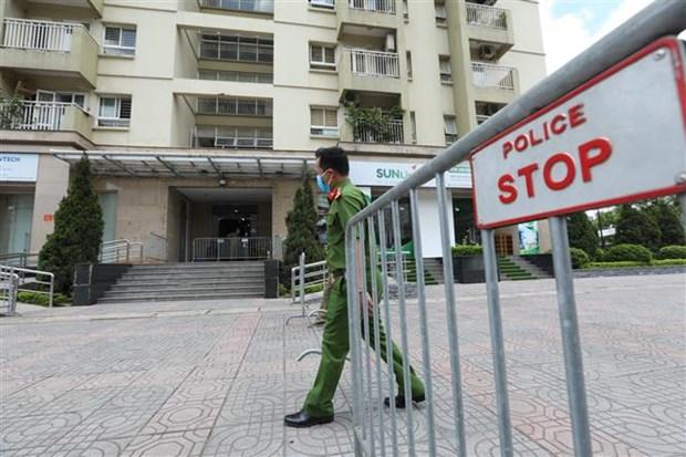 Lực lượng chức năng lập hàng rào, phong tỏa tạm thời toà N03A khu đô thị mới Sài Đồng, phường Phúc Đồng, quận Long Biên, Hà Nội. (Ảnh: Minh Quyết/TTXVN)