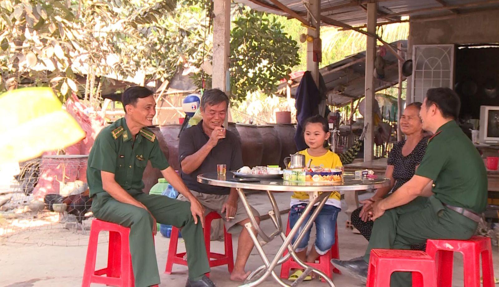 Cán bộ, chiến sĩ Đồn Biên phòng Mỹ Quý Tây đến thăm gia đình em Lê Nguyễn Cát Tường