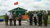 UBMTTQ Việt Nam tỉnh thăm, tặng quà lực lượng làm nhiệm vụ phòng, chống Covid-19 trên tuyến biên giới huyện Đức Huệ