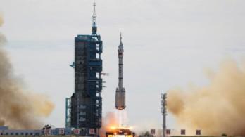 Khoảnh khắc tàu Thần Châu-12 rời bệ phóng tên lửa, đưa người lên trạm vũ trụ