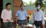 Lãnh đạo huyện Đức Huệ thăm hỏi gia đình có trẻ em bị chết cháy