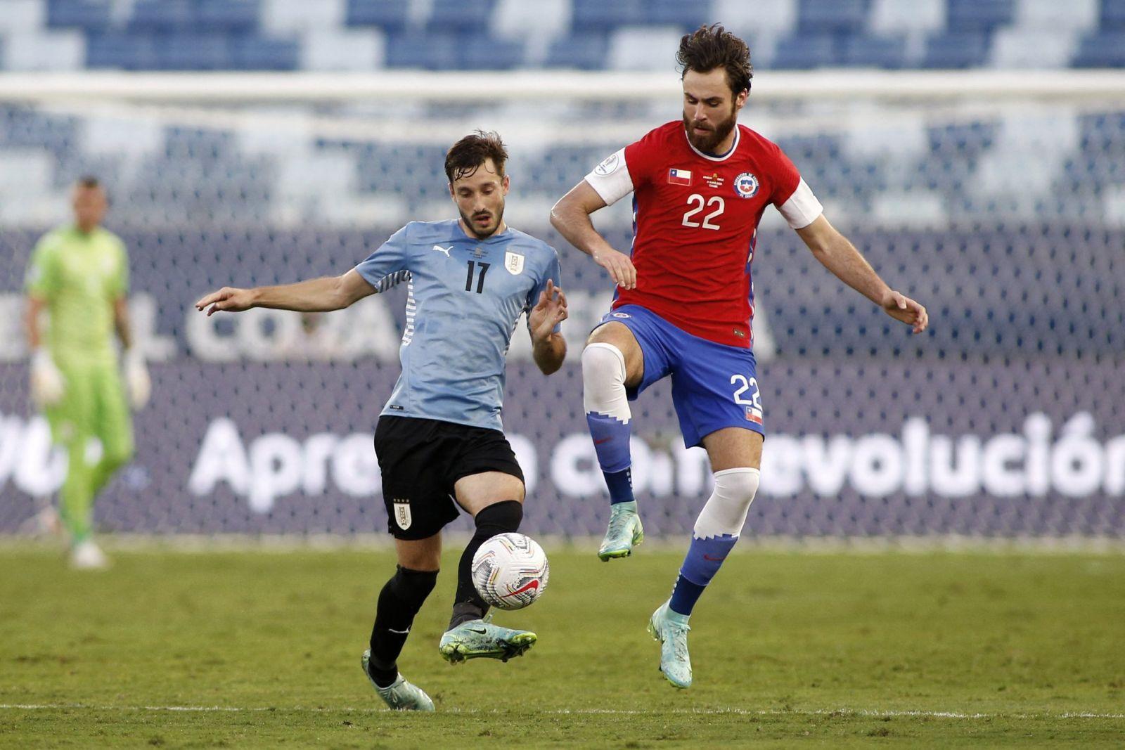 Tuyển Uruguay (trái) chiếm ưu thế nhưng gặp nhiều khó khăn trước hàng thủ tuyển Chile. AFP