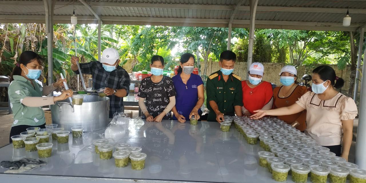 Thượng úy Nguyễn Văn Cẩm (thứ 4, phải qua) kiểm tra chất lượng bữa ăn trong khu cách ly