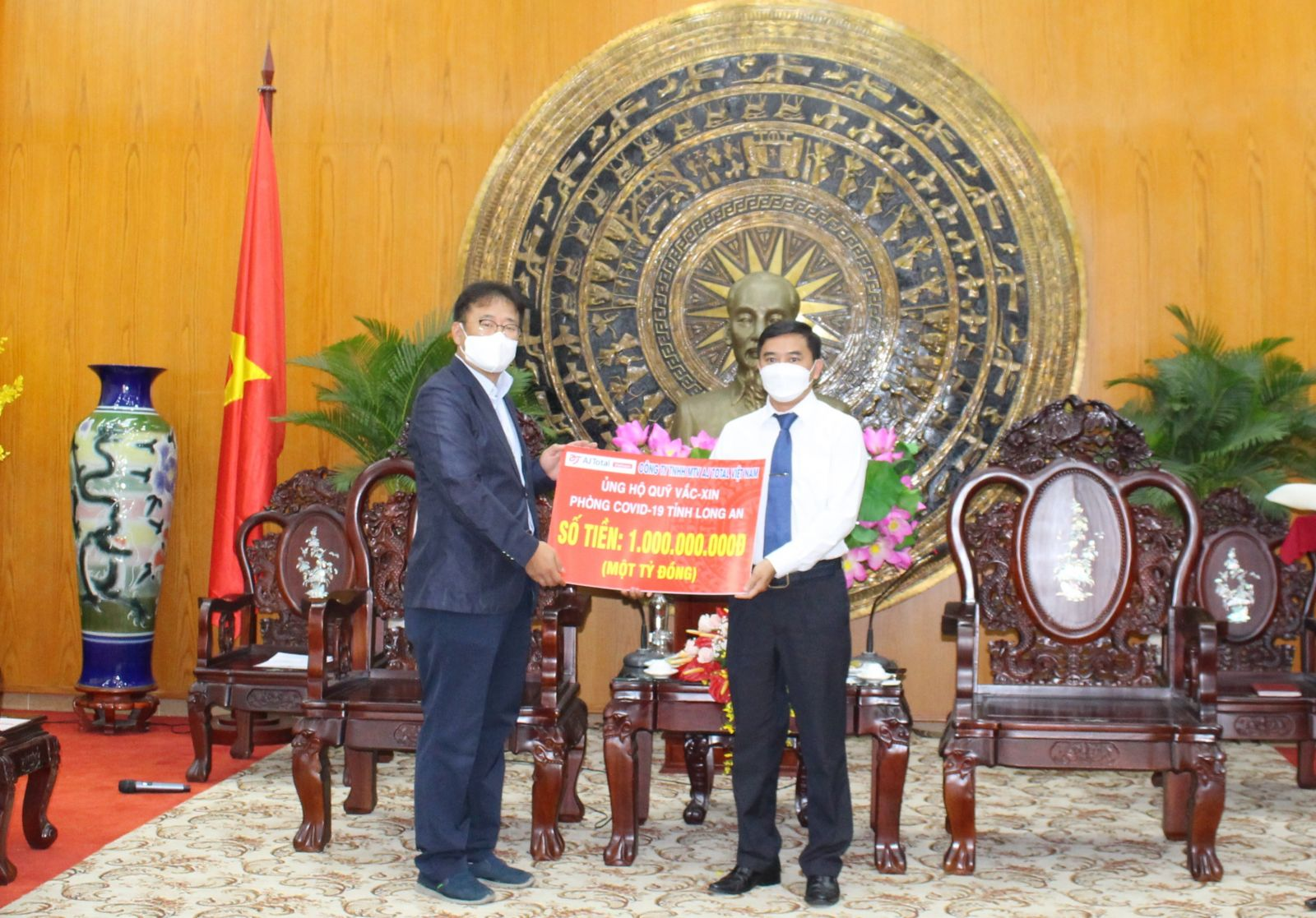 Leaders of AJ TOTAL Vietnam Co., Ltd. support Long An Covid-19 vaccine fund