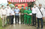 Phó Bí thư Thường trực Huyện ủy Cần Giuộc thăm, tặng quà lực lượng làm nhiệm vụ tại khu vực phong tỏa cách ly