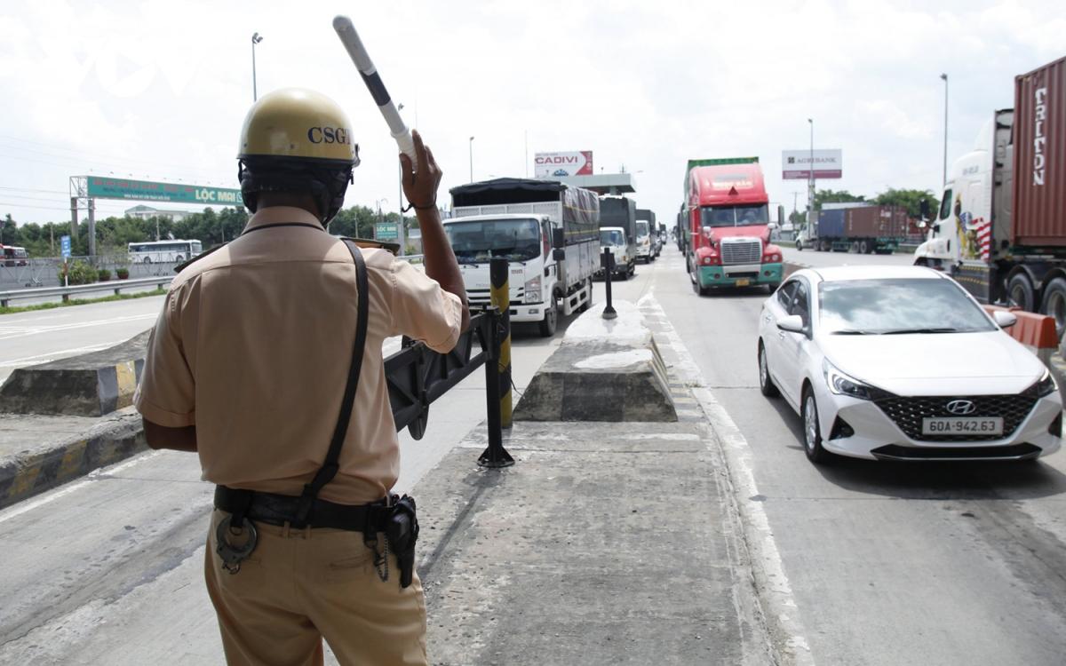 Cảnh sát giao thông Tiền Giang ứng trực các chốt kiểm soát dịch bệnh