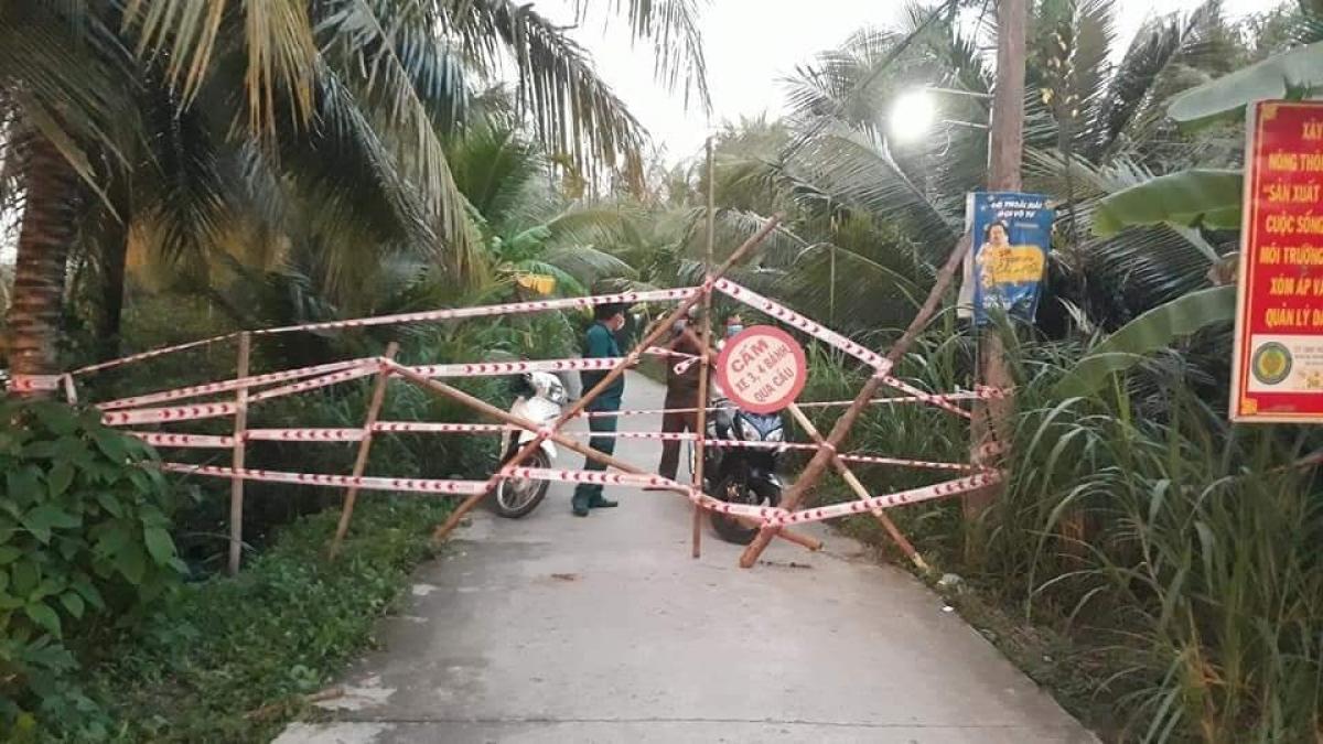 Khu vực có 2 ca dương tính với SARS-CoV-2 ở xã Vĩnh Kim đã bị phong tỏa  để ngăn dịch bệnh lây lan (Ảnh: CTV)