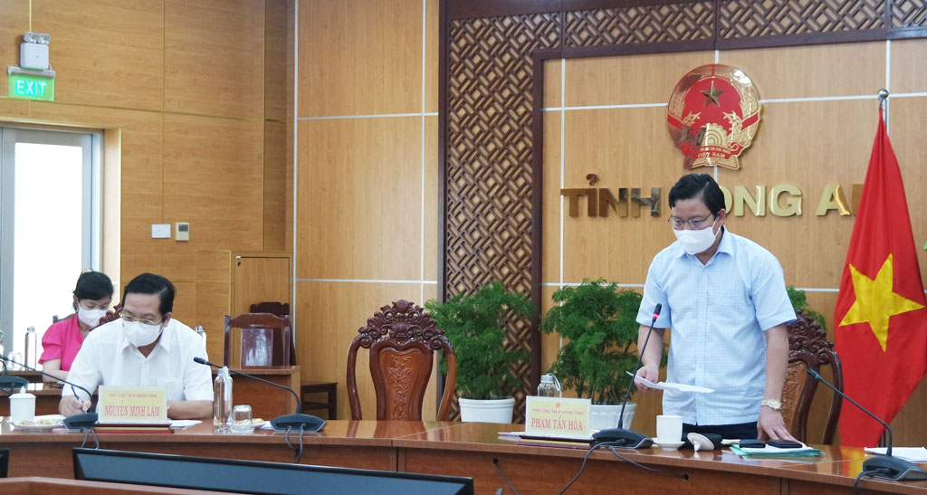 Vice Chairman of the Provincial People's Committee – Pham Tan Hoa asked localities to properly allocate resources for officials to track and inject vaccines