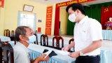 Phó Bí thư Thường trực Tỉnh ủy - Nguyễn Thanh Hải trao tiền hỗ trợ lao động tự do theo tinh thần Nghị quyết 68