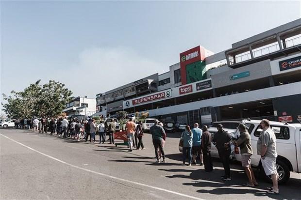 Người dân Nam Phi xếp hàng mua lương thực và nhiên liệu tại Durban. (Ảnh: AFP/TTXVN)