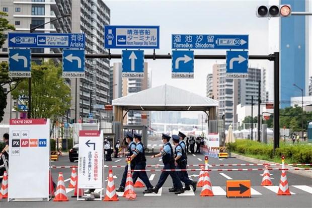 Quang cảnh bên ngoài một lối vào làng Olympic ở Tokyo (Nhật Bản), nơi các vận động viên cư trú, luyện tập trong thời gian diễn ra Olympics Tokyo 2020. (Ảnh: AFP/TTXVN)