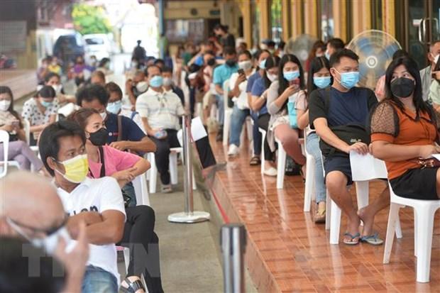 Người dân xếp hàng chờ tiêm vaccine phòng COVID-19 tại Bangkok, Thái Lan. (Ảnh: THX/TTXVN)