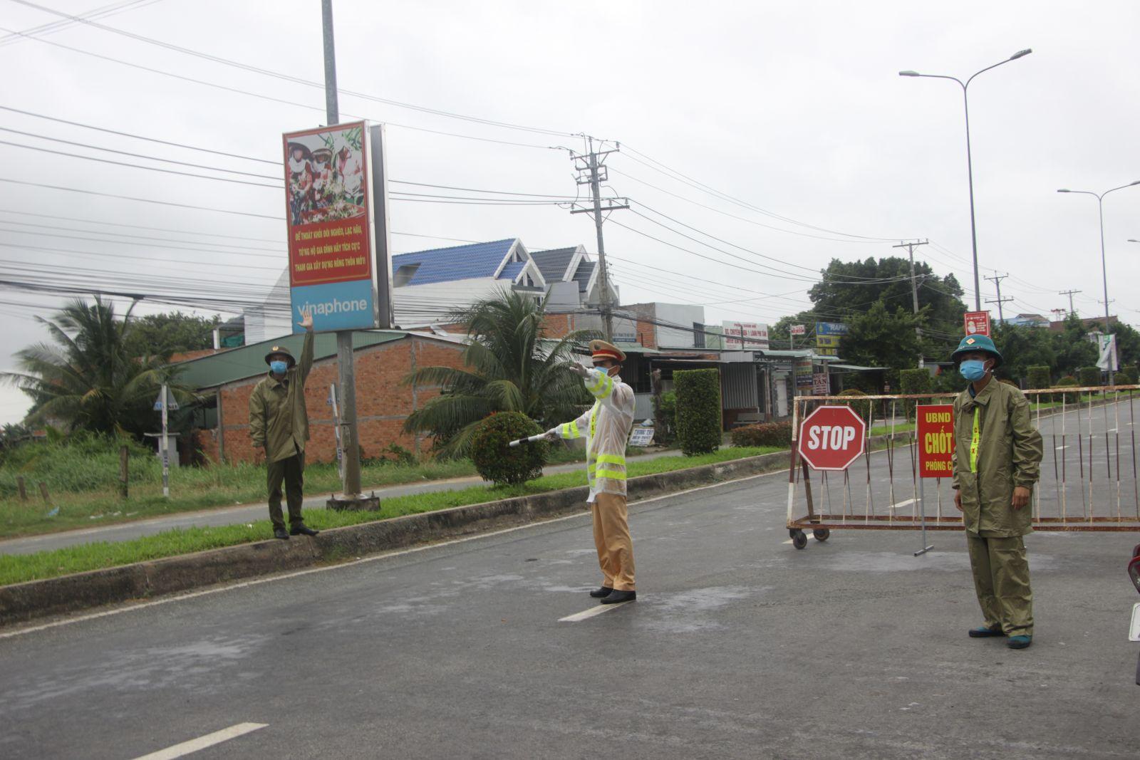 Lực lượng làm nhiệm vụ tại các chốt 24/24 giờ, bất kể nắng, mưa (Chốt tại Đường tỉnh 827A, huyện Châu Thành)