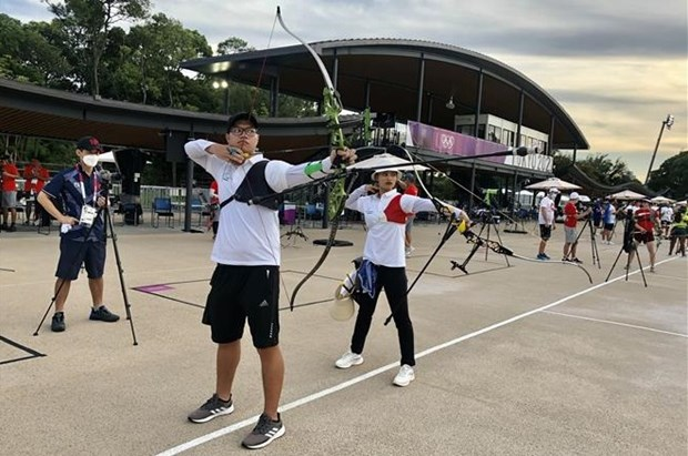 Vietnamese archers Nguyen Hoang Phi Vu and Do Thi Anh Nguyet in a training session in Tokyo, Japan (Photo: VNA)
