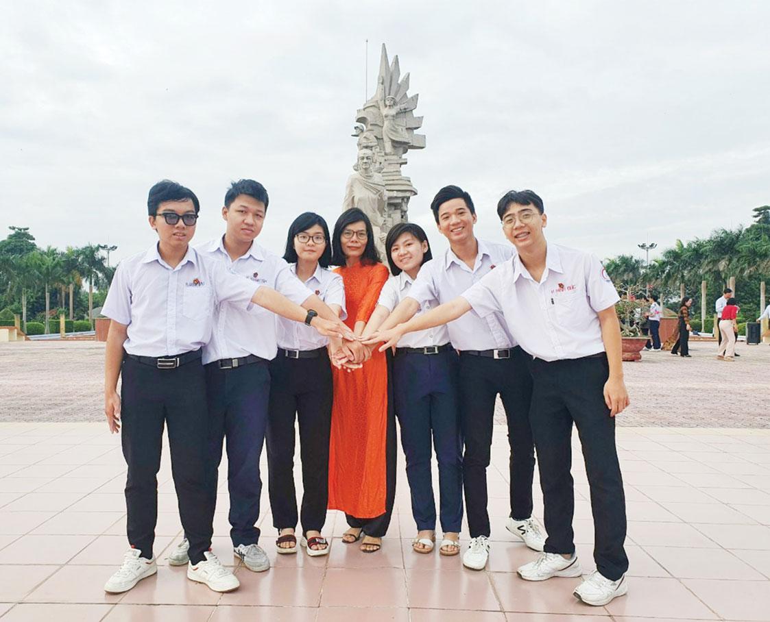 Cô Phan Thị Liên và các thành viên đội tuyển học sinh giỏi quốc gia. (Ảnh tư liệu)