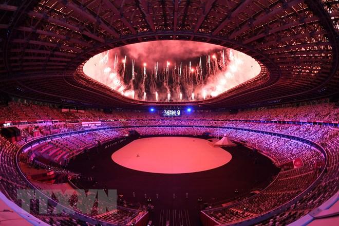 Màn trình diễn pháo hoa tại lễ khai mạc Olympic Tokyo 2020 trên sân vận động Olympic ở thủ đô Tokyo, Nhật Bản, ngày 23/7/2021. (Ảnh: AFP/TTXVN)