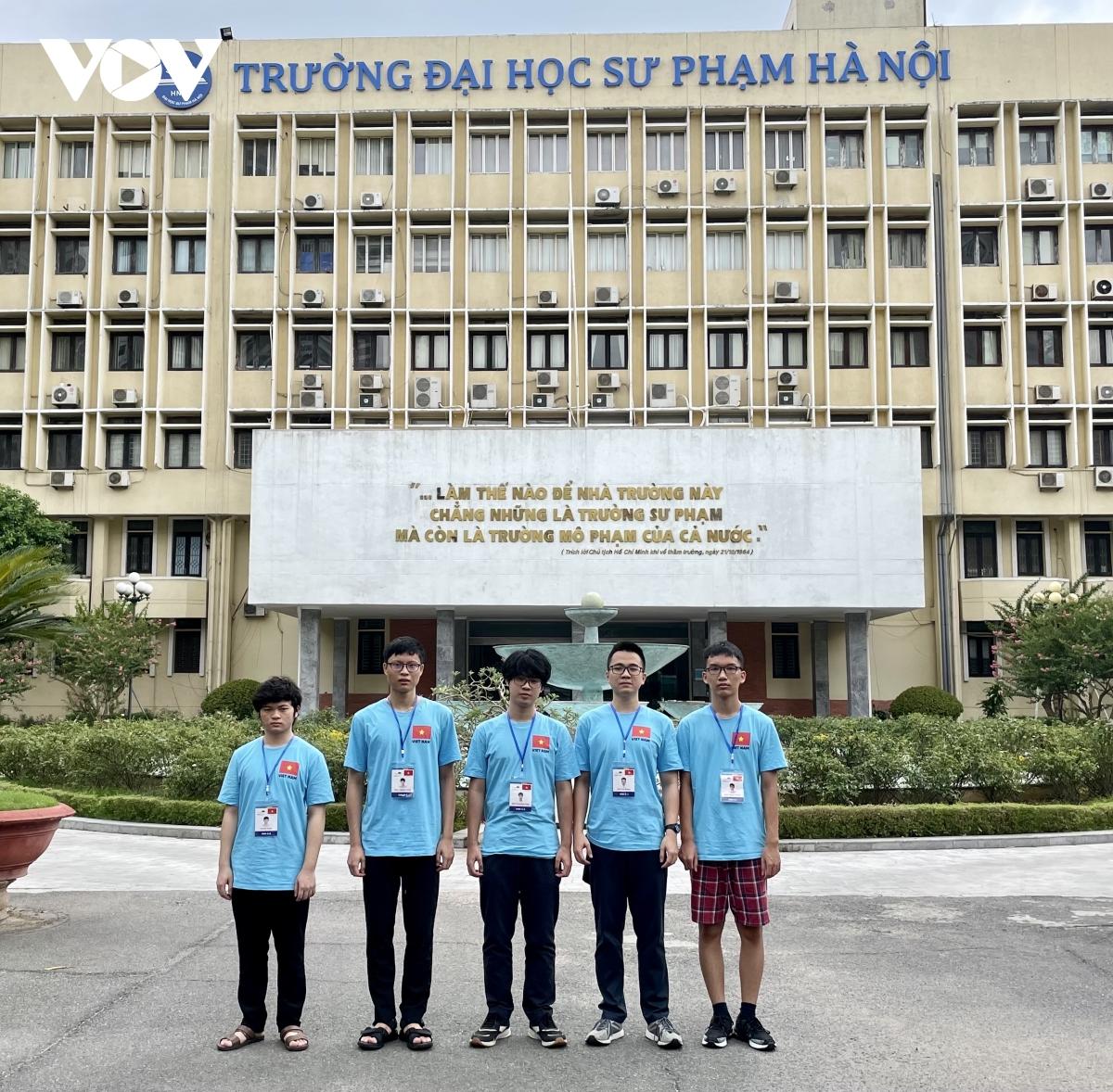 Đội tuyển Olympic Vật lý Việt Nam năm 2021.