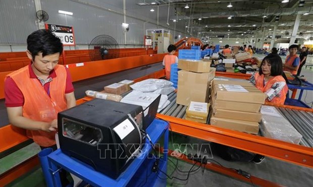 Workers of the Lazada e-commerce platform sort goods before delivery (Photo: VNA)