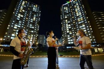 Trần Mạnh Tuấn... đeo khẩu trang thổi saxophone tại sân bệnh viện dã chiến