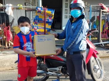 Bé trai 8 tuổi đập heo đất mua mì gói tặng các hộ gặp khó khăn do dịch Covid-19