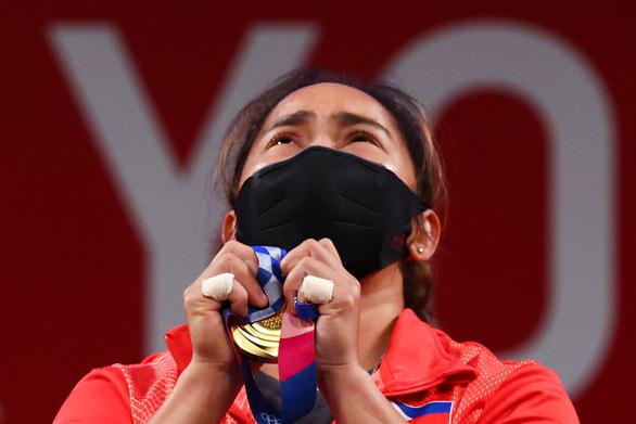 Nữ lực sĩ Philippines Hidilyn Diaz sung sướng sau khi nhận huy chương vàng ở Olympic Tokyo 2020 - Ảnh: Reuters