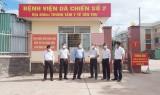 Phó Chủ tịch UBND tỉnh Long An thăm, tặng quà bệnh viện dã chiến huyện Tân Trụ
