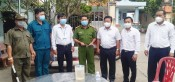 Chủ nhiệm Ủy ban Kiểm tra Tỉnh ủy thăm, tặng quà cho lực lượng làm nhiệm vụ phòng, chống dịch Covid-19 xã Long Trì